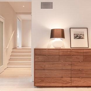 Идея дизайна: большая хозяйская спальня в современном стиле с белыми стенами, светлым паркетным полом, фасадом камина из штукатурки и белым полом