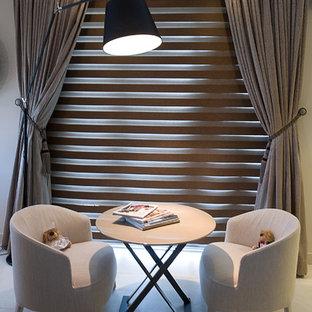 他の地域の大きいコンテンポラリースタイルのおしゃれな主寝室 (ベージュの壁、大理石の床、暖炉なし) のレイアウト