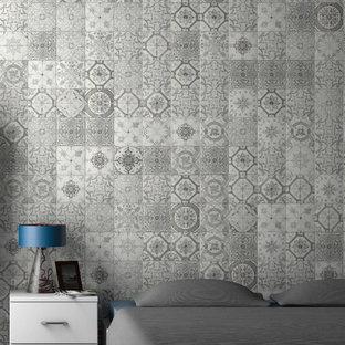 Идея дизайна: спальня среднего размера в викторианском стиле с серыми стенами и полом из керамогранита