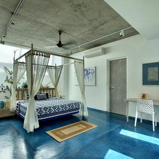 Immagine di una camera da letto tropicale con pareti bianche e pavimento blu