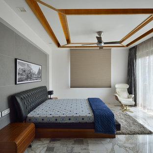 Bild på ett funkis sovrum, med vita väggar, marmorgolv och vitt golv
