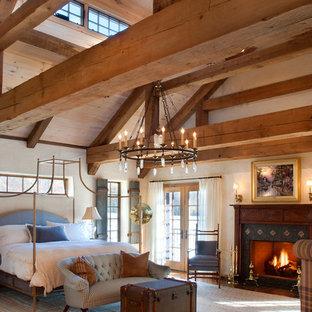 Imagen de dormitorio principal, de estilo de casa de campo, grande, con paredes beige, moqueta, chimenea tradicional y marco de chimenea de madera