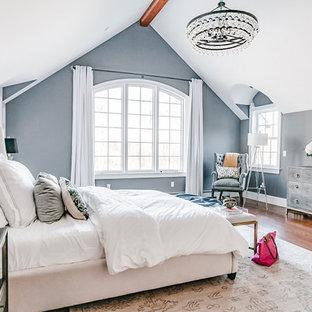 Großes Klassisches Hauptschlafzimmer mit braunem Holzboden, Kamin, Kaminumrandung aus Backstein, braunem Boden und grauer Wandfarbe in Newark