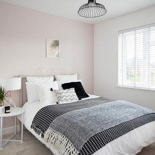 Aménagement d'une chambre avec moquette scandinave avec un mur rose, aucune cheminée et un sol gris.