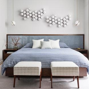 Idées déco pour une grande chambre parentale rétro avec un mur blanc, aucune cheminée, un sol en bois clair et un sol beige.