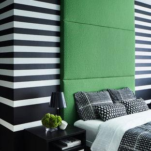 Idée de décoration pour une chambre design avec un mur multicolore et un sol en bois clair.