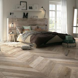 ニューヨークの大きいコンテンポラリースタイルのおしゃれな主寝室 (磁器タイルの床、ベージュの壁、暖炉なし、茶色い床)