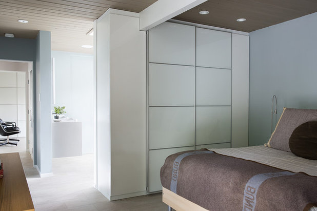 Midcentury Bedroom by Gast Architects