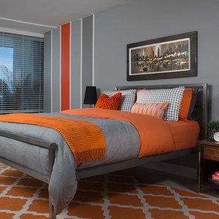 Inspiration pour une grand chambre parentale design avec un mur gris, un sol en travertin et aucune cheminée.