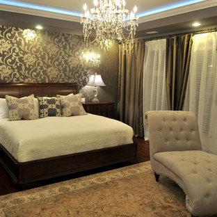 大きいおしゃれな主寝室 (グレーの壁、濃色無垢フローリング、両方向型暖炉、漆喰の暖炉まわり、茶色い床)
