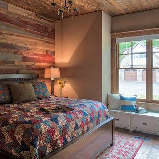 Imagen de dormitorio rústico, grande, con paredes beige, suelo de madera en tonos medios y suelo marrón