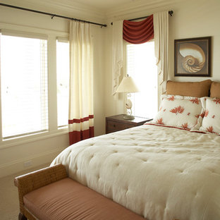 Ejemplo de dormitorio tipo loft, costero, de tamaño medio, sin chimenea, con parades naranjas y moqueta