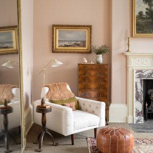 Inspiration för ett stort vintage huvudsovrum, med rosa väggar, heltäckningsmatta, en standard öppen spis, en spiselkrans i trä och grönt golv