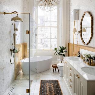 エディンバラの広いトランジショナルスタイルのおしゃれな主寝室 (マルチカラーの壁、磁器タイルの床、ベージュの床)