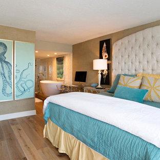 Esempio di una camera matrimoniale stile marino di medie dimensioni con pareti beige, parquet chiaro e nessun camino