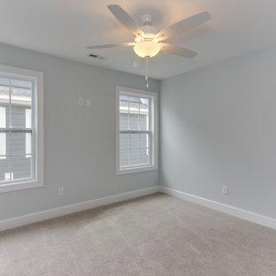 Foto de habitación de invitados costera, de tamaño medio, con paredes azules, moqueta y suelo amarillo