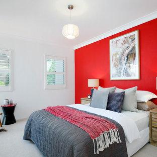 Свежая идея для дизайна: хозяйская спальня в современном стиле с ковровым покрытием, серым полом и красными стенами - отличное фото интерьера
