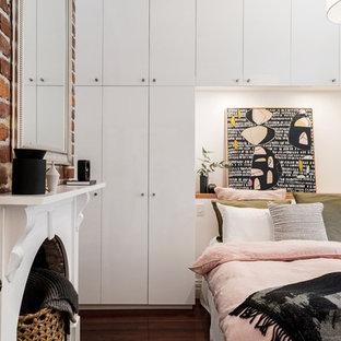 パースの小さいエクレクティックスタイルのおしゃれな主寝室 (白い壁、濃色無垢フローリング、茶色い床、標準型暖炉) のレイアウト