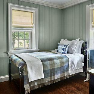 Mittelgroßes Klassisches Gästezimmer ohne Kamin mit grüner Wandfarbe, dunklem Holzboden und braunem Boden in New York