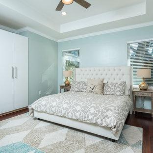 Foto di una camera matrimoniale costiera di medie dimensioni con pareti blu, parquet scuro e nessun camino