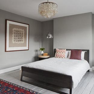 Foto di una camera da letto minimal con pareti grigie, pavimento in legno verniciato e pavimento grigio