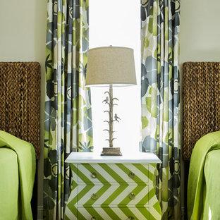 Imagen de habitación de invitados costera, grande, sin chimenea, con paredes beige y suelo vinílico