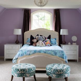 Modelo de habitación de invitados papel pintado, grande, con paredes púrpuras, moqueta, suelo gris y papel pintado