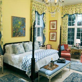 Ejemplo de habitación de invitados clásica, de tamaño medio, con paredes amarillas, moqueta y suelo beige