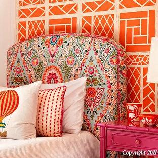 Imagen de dormitorio bohemio, de tamaño medio, con parades naranjas y moqueta