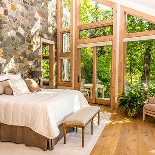 Esempio di una camera da letto rustica con pareti bianche, parquet chiaro e pavimento beige