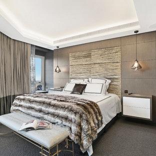 Идея дизайна: большая хозяйская спальня в современном стиле с черными стенами, ковровым покрытием и серым полом
