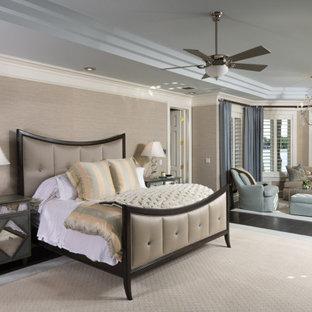 タンパの広いトランジショナルスタイルのおしゃれな主寝室 (ベージュの壁、濃色無垢フローリング、標準型暖炉、石材の暖炉まわり、茶色い床、折り上げ天井、壁紙) のレイアウト