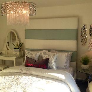 Idée de décoration pour une chambre d'amis tradition de taille moyenne avec un mur beige.