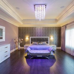 Diseño de dormitorio principal, contemporáneo, grande, sin chimenea, con paredes púrpuras, suelo de madera oscura y suelo violeta