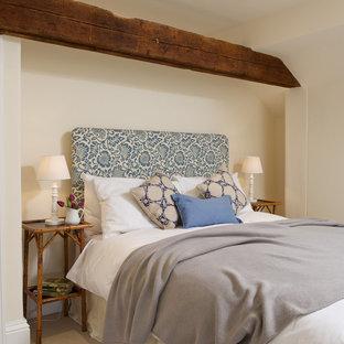 На фото: спальня в стиле кантри с бежевыми стенами и ковровым покрытием