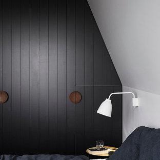 Foto de dormitorio principal, contemporáneo, de tamaño medio, con paredes negras y moqueta