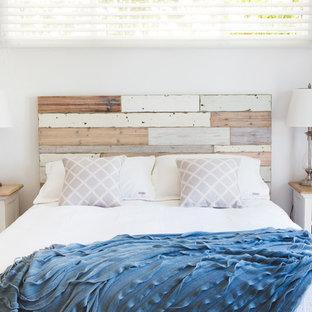 Modelo de dormitorio principal, romántico, de tamaño medio, con paredes blancas y moqueta