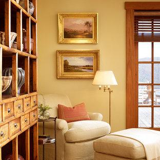 Immagine di una camera da letto classica con pareti gialle