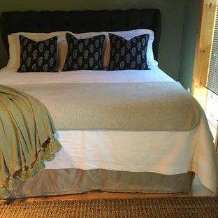 Ejemplo de habitación de invitados costera, pequeña, con paredes verdes, suelo laminado y suelo naranja