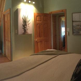 Imagen de habitación de invitados marinera, pequeña, con paredes verdes, suelo laminado y suelo naranja
