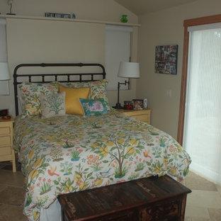 Diseño de dormitorio principal, marinero, pequeño, sin chimenea, con paredes beige y suelo de travertino