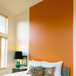 Cette photo montre une grande chambre d'amis asiatique avec un mur orange et un sol en bois brun.
