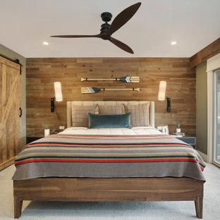 Bild på ett rustikt sovrum, med bruna väggar, heltäckningsmatta och grått golv