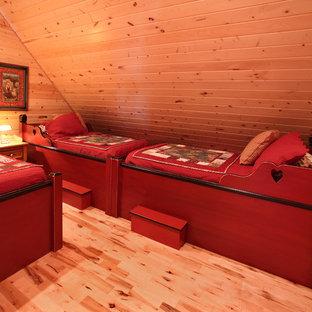 Diseño de dormitorio tipo loft, rural, pequeño, con paredes marrones y suelo de madera clara