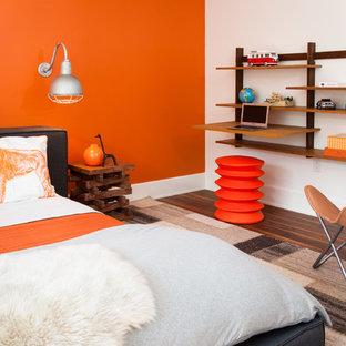 Foto på ett mellanstort funkis sovrum, med orange väggar och mellanmörkt trägolv