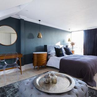 Неиссякаемый источник вдохновения для домашнего уюта: спальня в стиле ретро с синими стенами и светлым паркетным полом