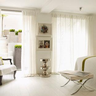 На фото: спальни в современном стиле с белыми стенами, деревянным полом и белым полом без камина
