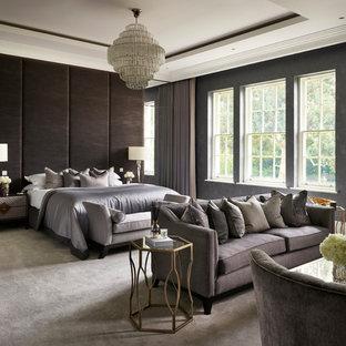 Geräumiges Modernes Hauptschlafzimmer mit grauer Wandfarbe, Teppichboden und grauem Boden in Berkshire