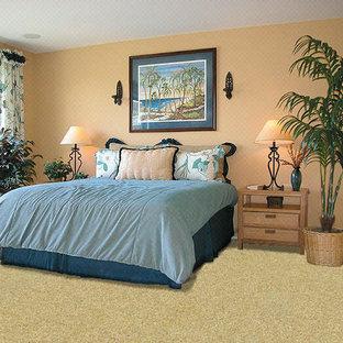 Ejemplo de dormitorio principal, tradicional, de tamaño medio, con paredes beige y suelo de corcho