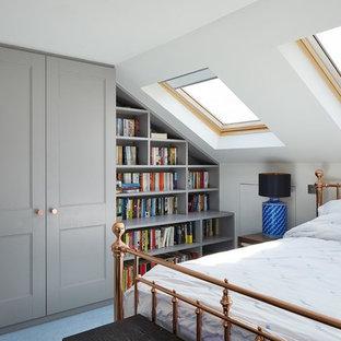 Idéer för ett litet klassiskt sovrum, med vita väggar och blått golv